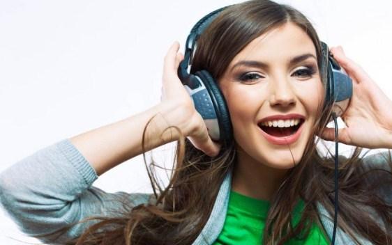 Ilustrasi menggunakan headphone
